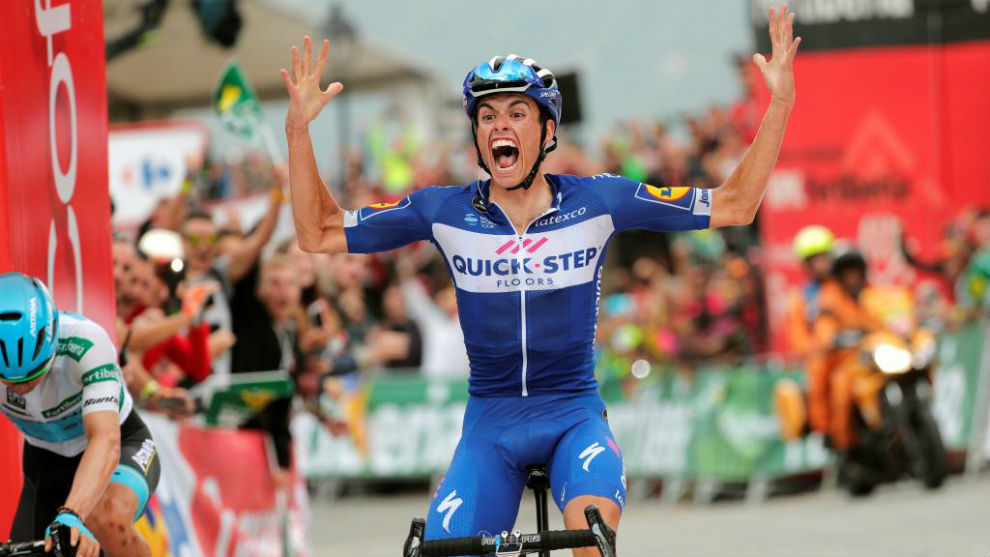 Enric Mas celebrando en meta su triunfo de etapa.