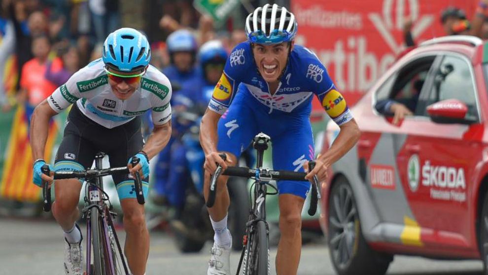 Enric Mas en el esprint con Miguel Ángel López.