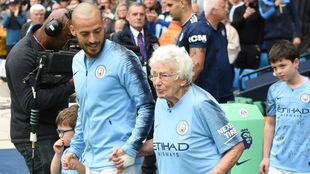 Silva salta al campo con Vera Cohen, aficionada del City de 102 años...