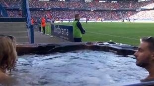 Los aficionados del Caen ,en el jacuzzi dentro del estadio