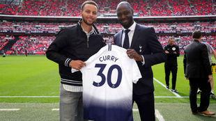 Stephen Curry posa con ala camiseta del Tottenham