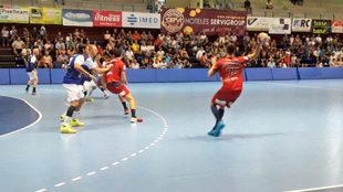 Un momento del partido entre el Benidorm y el Huesca