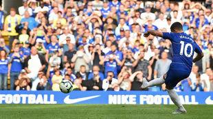 Eden Hazard marca, de penalti, el tercer gol del Chelsea contra el...