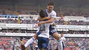 El zaguero celebra con José Francisco Torres.