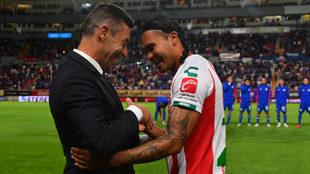 Pedro Caixinha saluda a Carlos Peña en el estadio Victoria