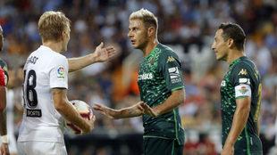 Joaquín habla con Wass en presencia de Guardado, en Mestalla.