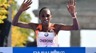 Cherono cruza la meta en el maratón de Berlín