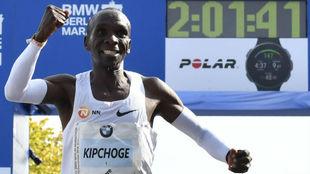Kipchoge celebra la victoria y el récord en el maratón de Berlín...