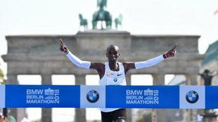 Eliud Kipchoge cruza la línea de meta en el Maratón de Berlín.