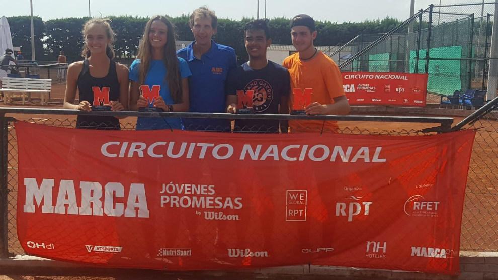 Campeones y finalistas del torneo celebrado en la Academia...