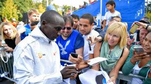 Eliud Kipchoge firma autógrafos tras ganar el Maratón de Berlín.