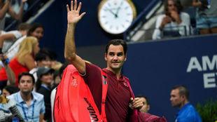 Federer saluda a la grada de la Arthur Ashe