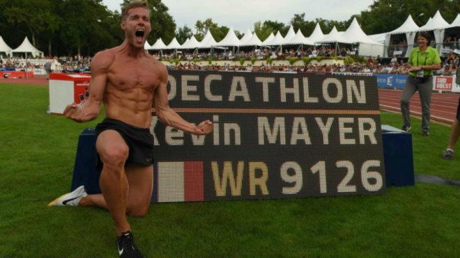 Kevin Mayer posa con su nuevo récord del mundo.