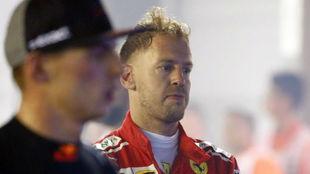 El gesto de Vettel, decepcionado, con Verstappen, segundo, en primer...