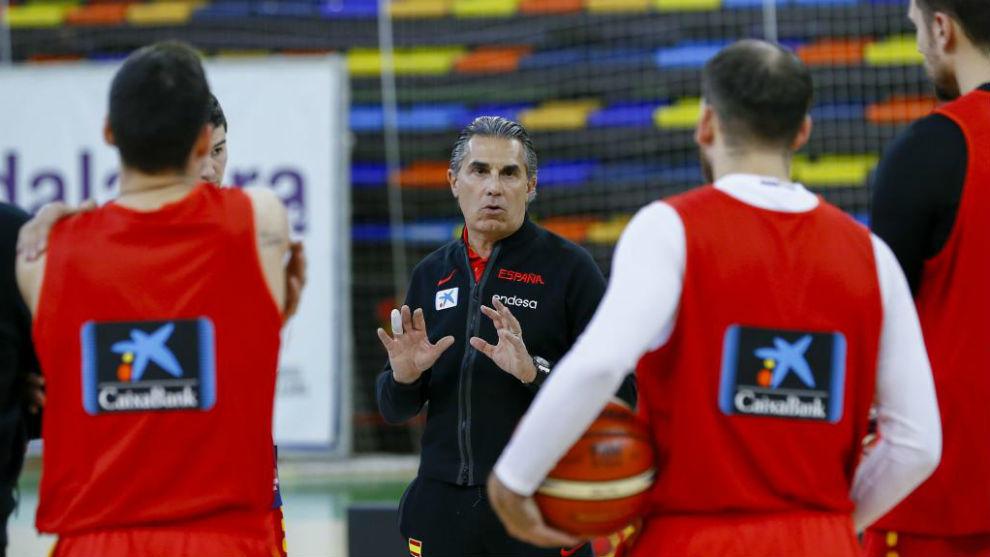 Scariolo, aleccionando a sus jugadores durante un entrenamiento.