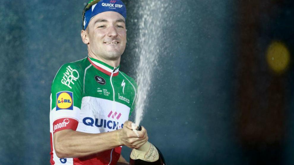 Elia Viviani celebrando su triunfo en el podio de Madrid.