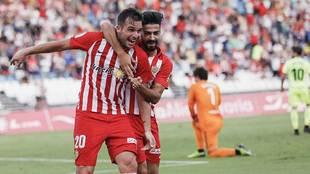 Álvaro Giménez y Chema celebran el primer gol del Almería