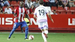 Babin, autor del primer gol, conduce el balón en presencia de...