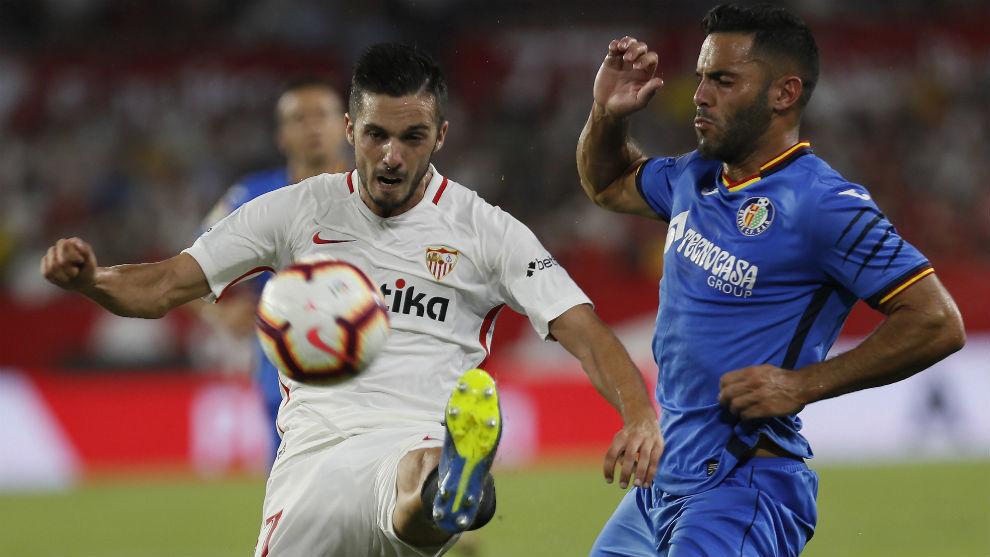 Pablo Sarabia (26) disputa el balón con Bruno González (28).