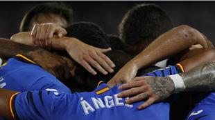 Los jugadores del Getafe abrazan a Ángel (31), autor de los dos goles...