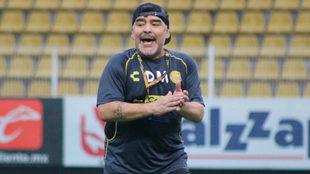 Maradona ya mostró sus dotes como entrenador del Gran Pez.