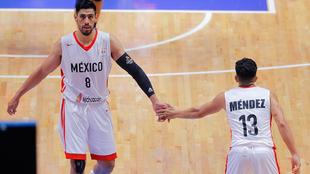Gustavo Ayón y Orlando Méndez durante el partido ante Argentina.