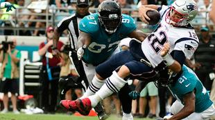Tom Brady es capturado ante Jacksonville.