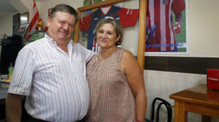 Manolete y Beli, los padres de Borja Garcés en su bar de Melilla
