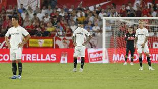 Frustración en los jugadores del Sevilla.