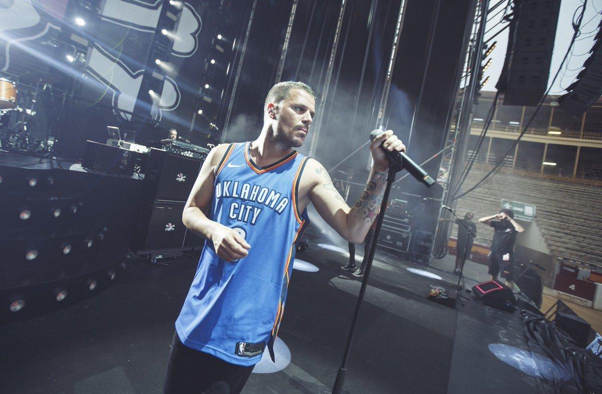 El cantante Dani Martin con su camiseta de Russell Westbrook en su...