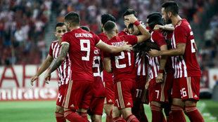 Los jugadores de Olympiacos celebran un gol.