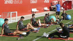 Los jugadores del Sevilla hacen un ejercicio de recuperación.