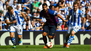 Suárez trata de escaparse de la presión de Illarramendi y Zurutuza.