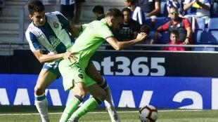 Marc Roca pelea un balón con Mayoral, en el RCDE Stadium