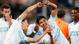 Hirving Lozano y Erick Gutiérrez celebran el tanto conseguido por el...
