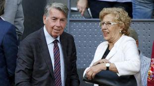 Manuela Carmena con Manuel Santana en la Caja Mágica.