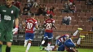Los jugadores del Granada celebran con una 'montonera' uno...