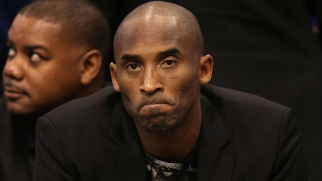 Kobe Bryant viendo un partido de los Los Ángeles Lakers en el Staples...