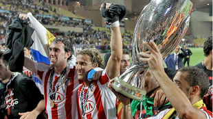Godin celebrating the 2010 UEFA Super Cup win with Forlan