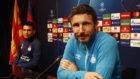 Van Bommel, técnico el PSV, en la rueda de prensa previa al partido...