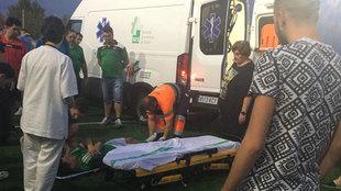 José Mari es atendido por los servicios médicos tras ser agredido.