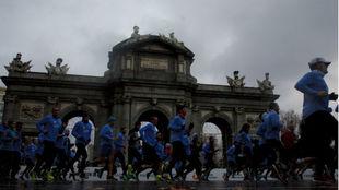 Decenas de corredores, en la Puerta de Alcalá en la última edición