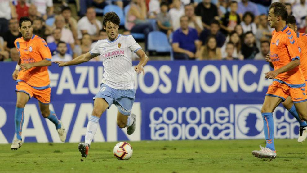 Marc Gual controla el balón en un partido.