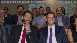 Pedro Sánchez y Jorge Garbajosa, en el palco del WiZink Center con...