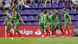 El Alavés celebra el gol en Zorrilla.