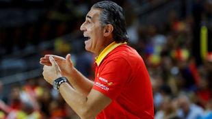 Sergio Scariolo dirigiendo el partido de España contra Letonia