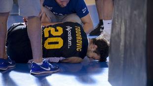 Dejan Todorovic atendido tras su lesión en el Circuito Movistar