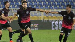 Antonio Briseño marca el gol del triunfo.