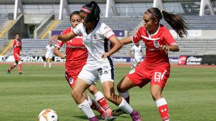 Laura Parra y Cheyli Almejo pelean por el esférico
