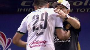 Antes de abandonar el campo, Ibars abrazó al Diego.